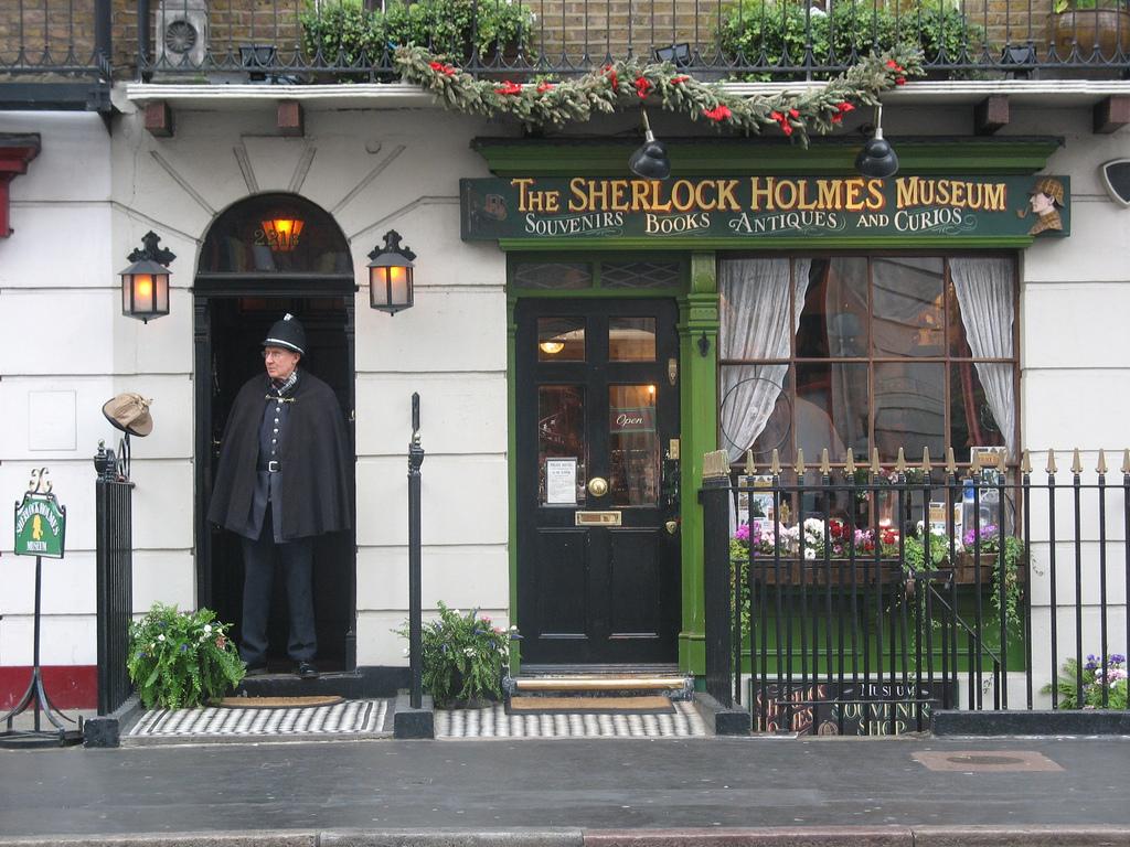 https://i2.wp.com/upload.wikimedia.org/wikipedia/commons/c/c0/Sherlock_Holmes_Museum.jpg