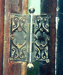 English: Original hinges were found in the Rel...