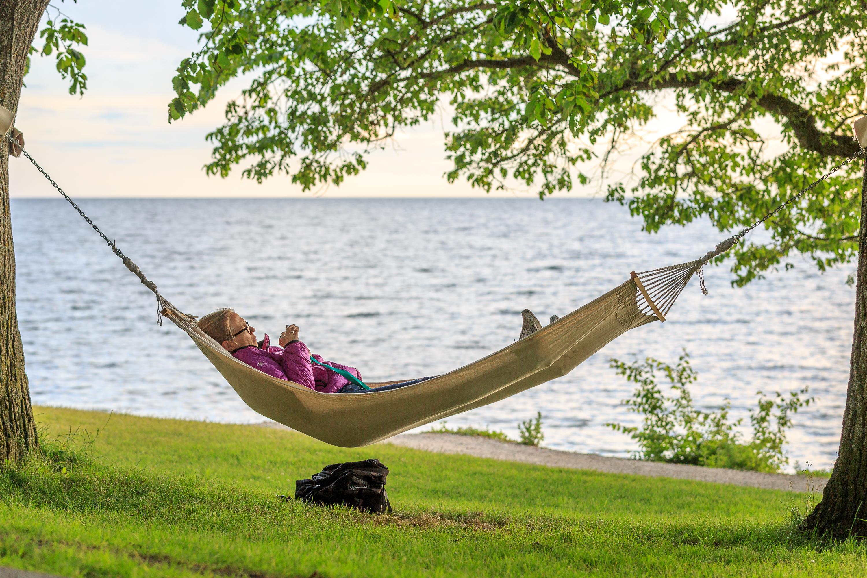Bestand Relaxing In The Hammock By The Sea Near Almedalen