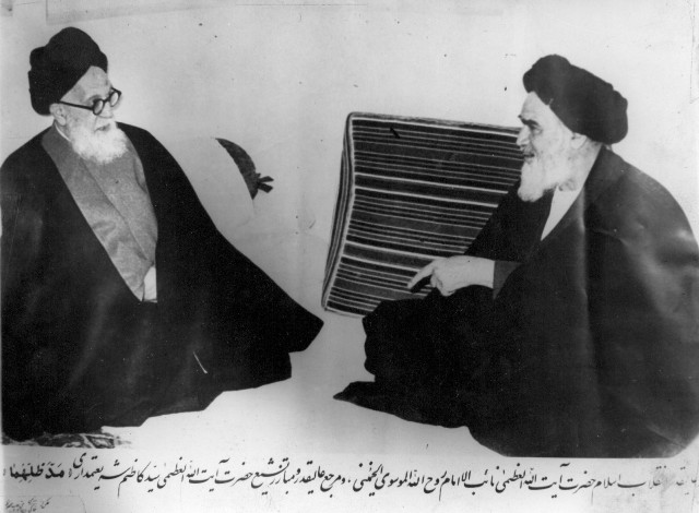 https://i2.wp.com/upload.wikimedia.org/wikipedia/commons/c/c3/Shariatmadari_and_Khomeini.jpg