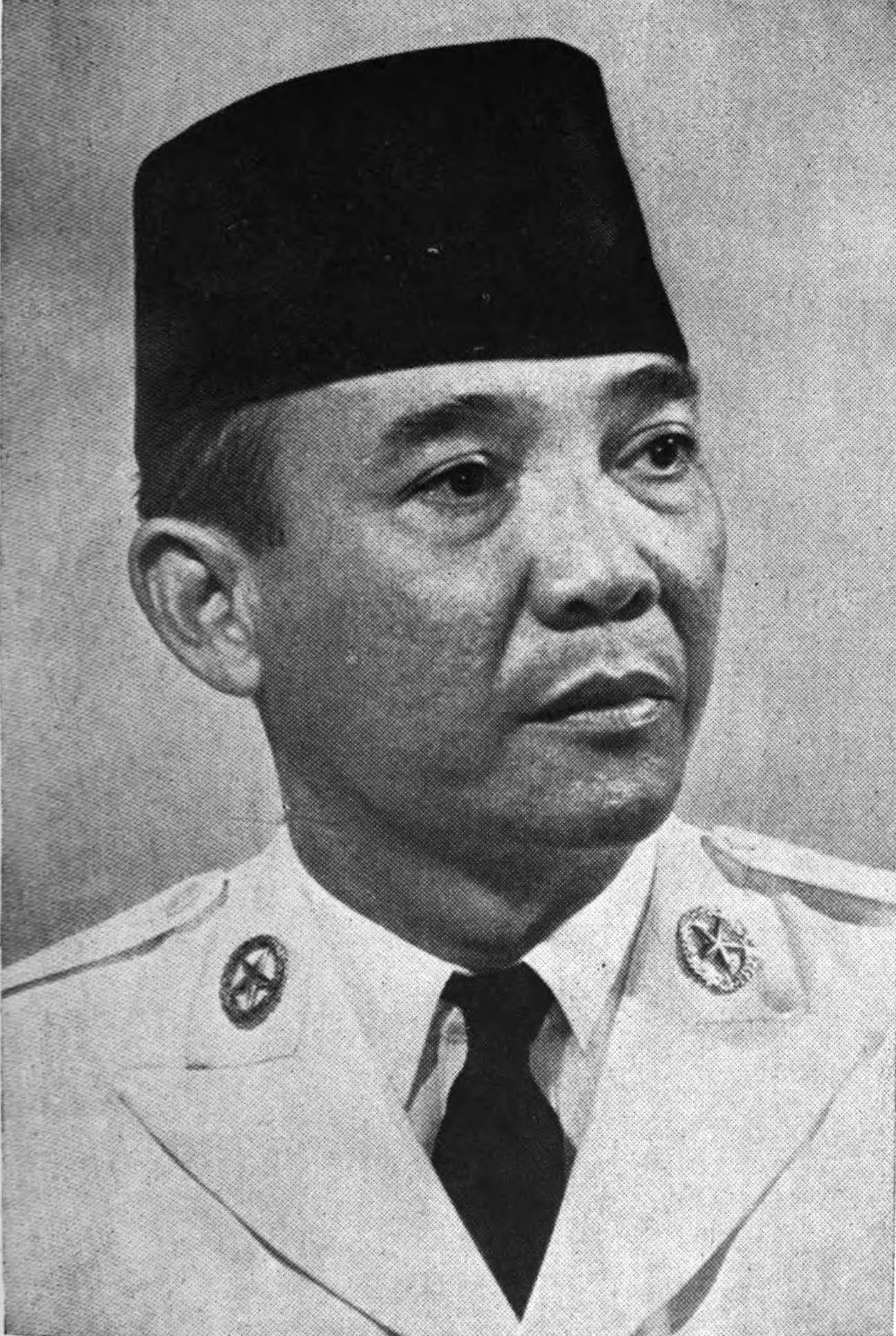 https://i2.wp.com/upload.wikimedia.org/wikipedia/commons/c/c5/Soekarno.jpg