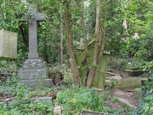 https://i2.wp.com/upload.wikimedia.org/wikipedia/commons/c/cb/HighgateCemeteryLondon2.jpg