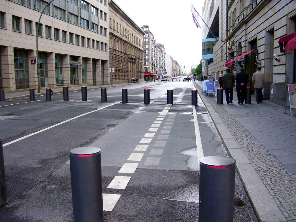 https://i2.wp.com/upload.wikimedia.org/wikipedia/commons/c/cb/Wilhelmstra%C3%9Fe_Berlin_Britische_Botschaft.jpg
