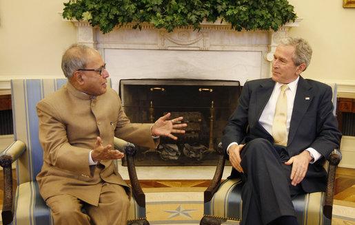 File:Bush meets Pranab Mukherjee.jpg
