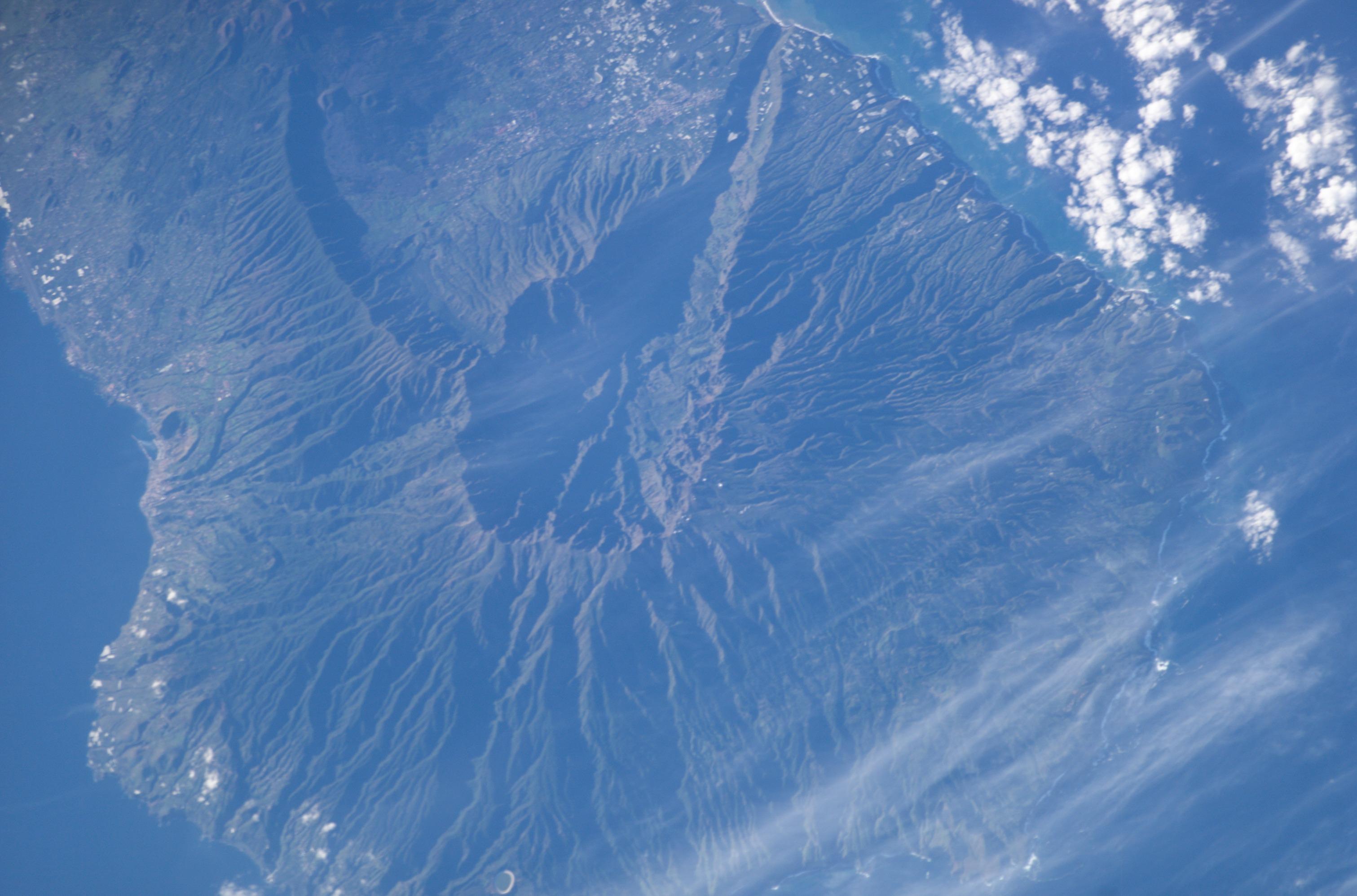 File:La palma volcano-close.jpg