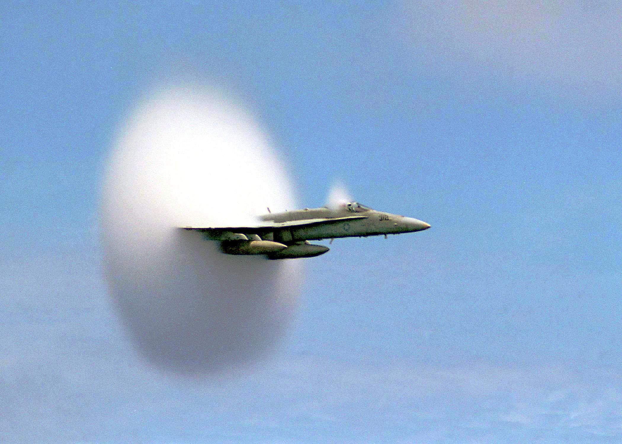 FA-18 rompiendo la barrera del sonido.