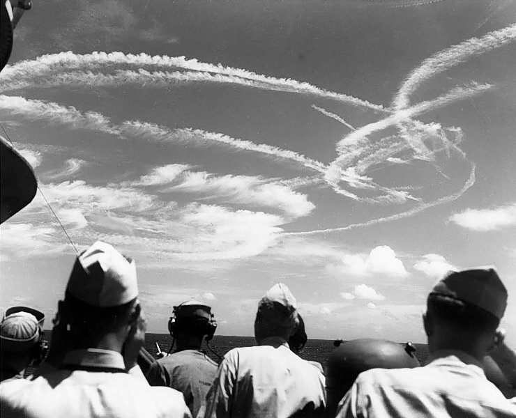 File:Fighter plane contrails in the sky.jpg