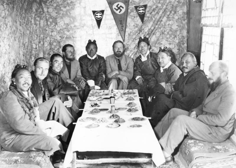 Les membres de l'expédition reçus par l'aristocratie - Wikicommons