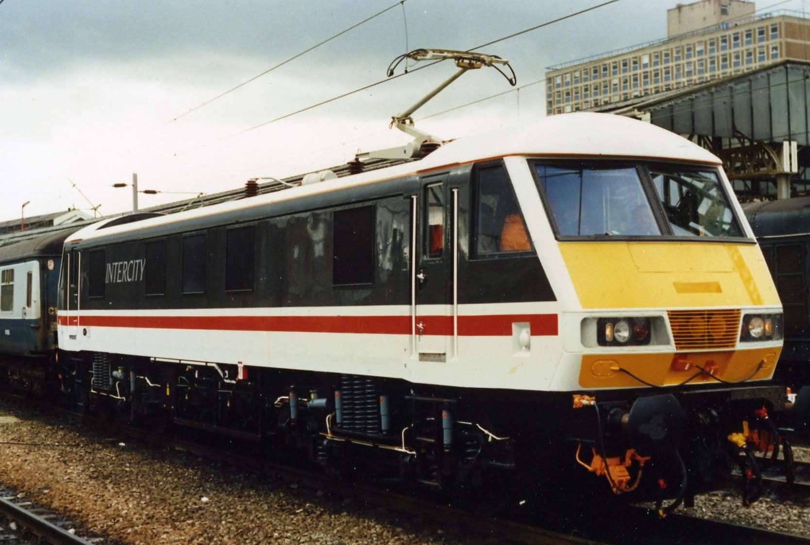 Review  Hornby Virgin Charter Relief Set  Class 90  U0026 Dvt