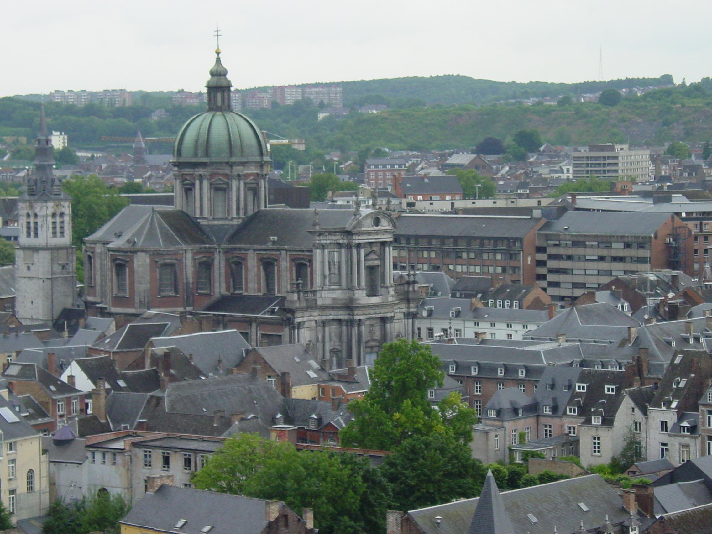 https://i2.wp.com/upload.wikimedia.org/wikipedia/commons/d/db/Namur,_la_Cath%C3%A9drale_Saint-Aubain.JPG