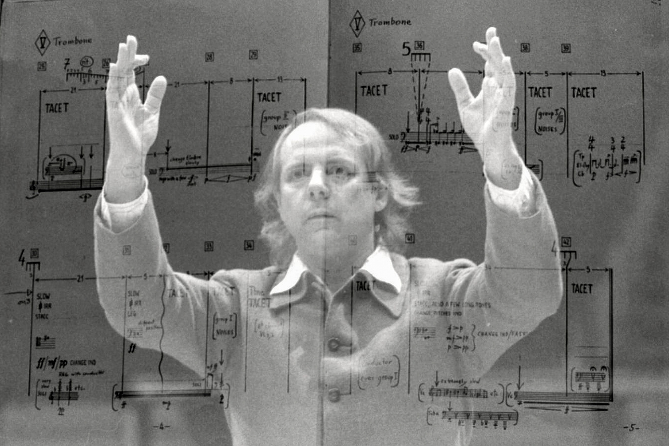 Karlheinz Stockhausen en surimpression de la partition d'une de ses composition, Strasbourg, 1980 (Wikimedia Commons)