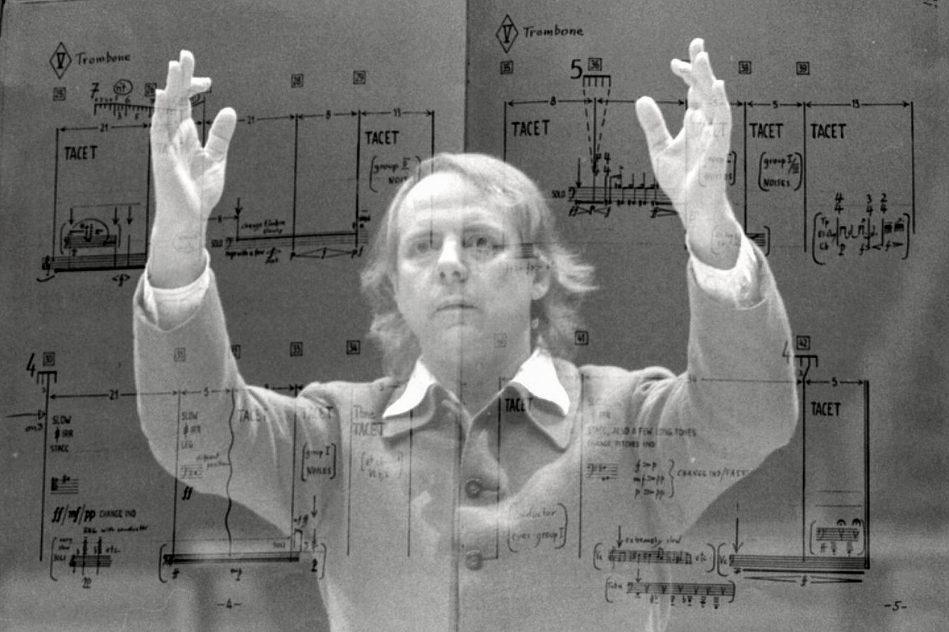 Karlheinz Stockhausen en surimpression de la partition d'une de ses composition, Strasbourg, 1980 (Wikimedia Commons)