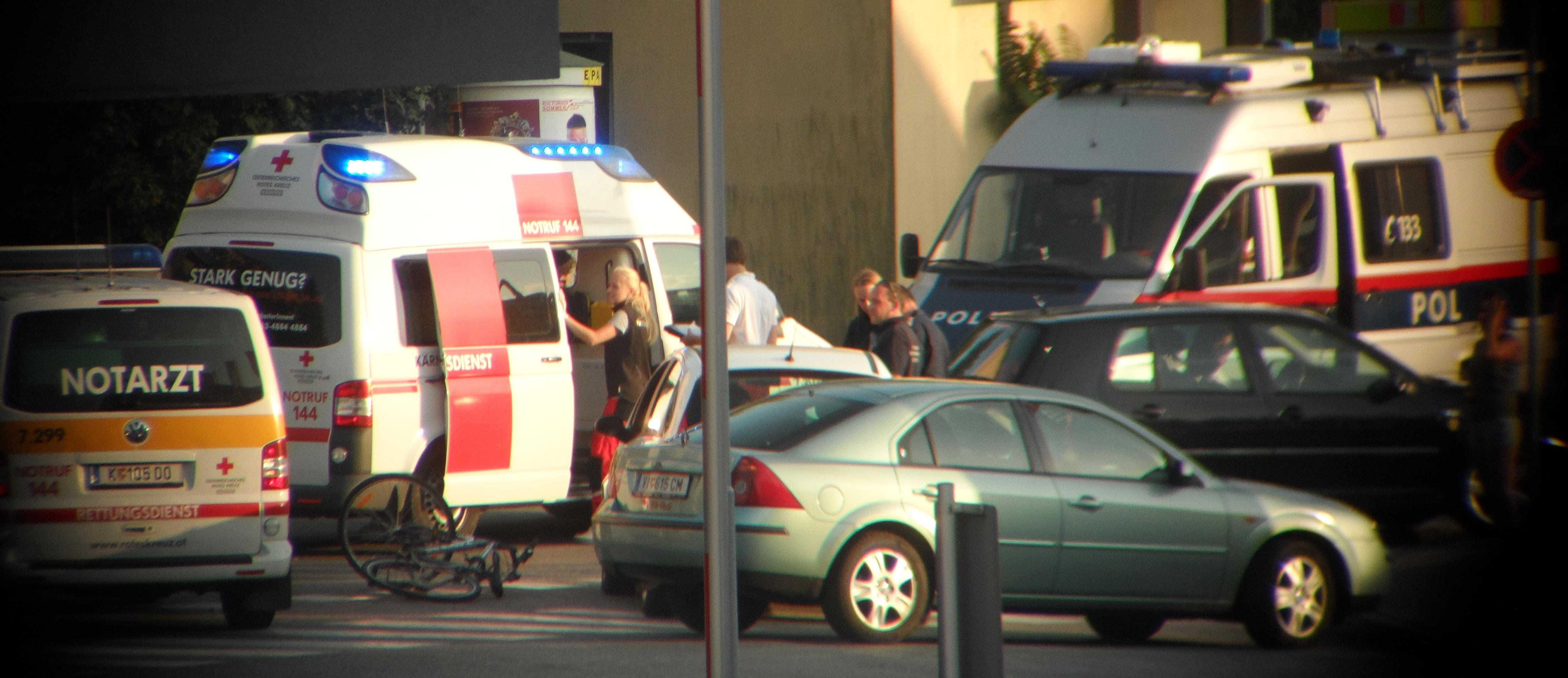 Foto einer Unfallstelle um die Rettungskräfte versammelt sind