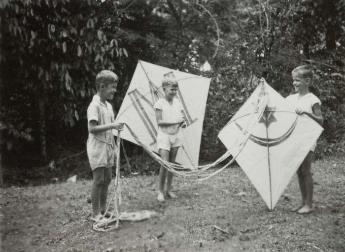 COLLECTIE TROPENMUSEUM De broers Henk en Hans Japing en een vriend met vliegers in de tuin TMnr 60051070 Mainan Bocah Belanda VS Mainan Bocah Pribumi