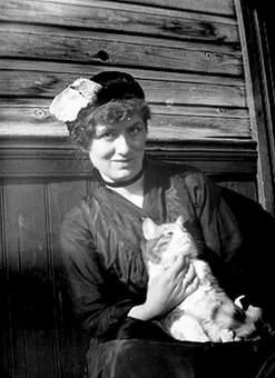 Русский: Эдит Сёдергран с любимим котом Тутти