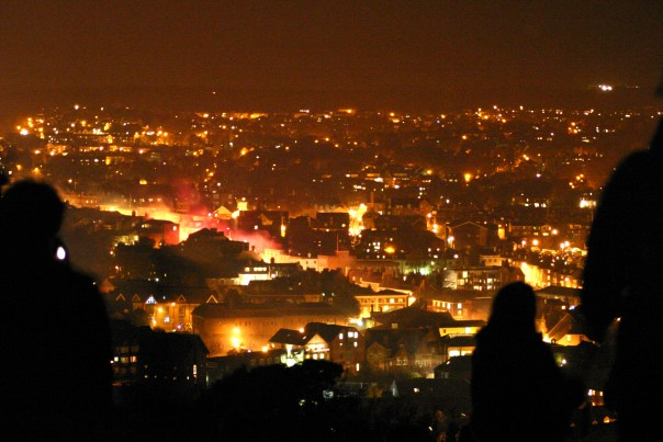 https://i2.wp.com/upload.wikimedia.org/wikipedia/commons/e/e3/Lewes_Bonfire_Night_2007_-_Burning_Town_and_Hillside_Watchers2.jpg?resize=604%2C403&ssl=1