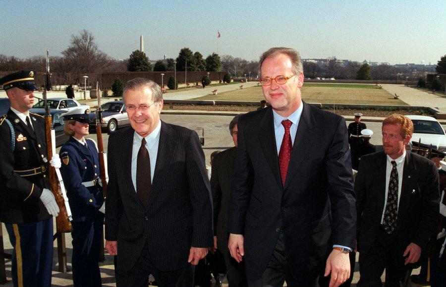 Donald Rumsfeld und der damalige Bundesverteidigungsminister Rudolf Scharping