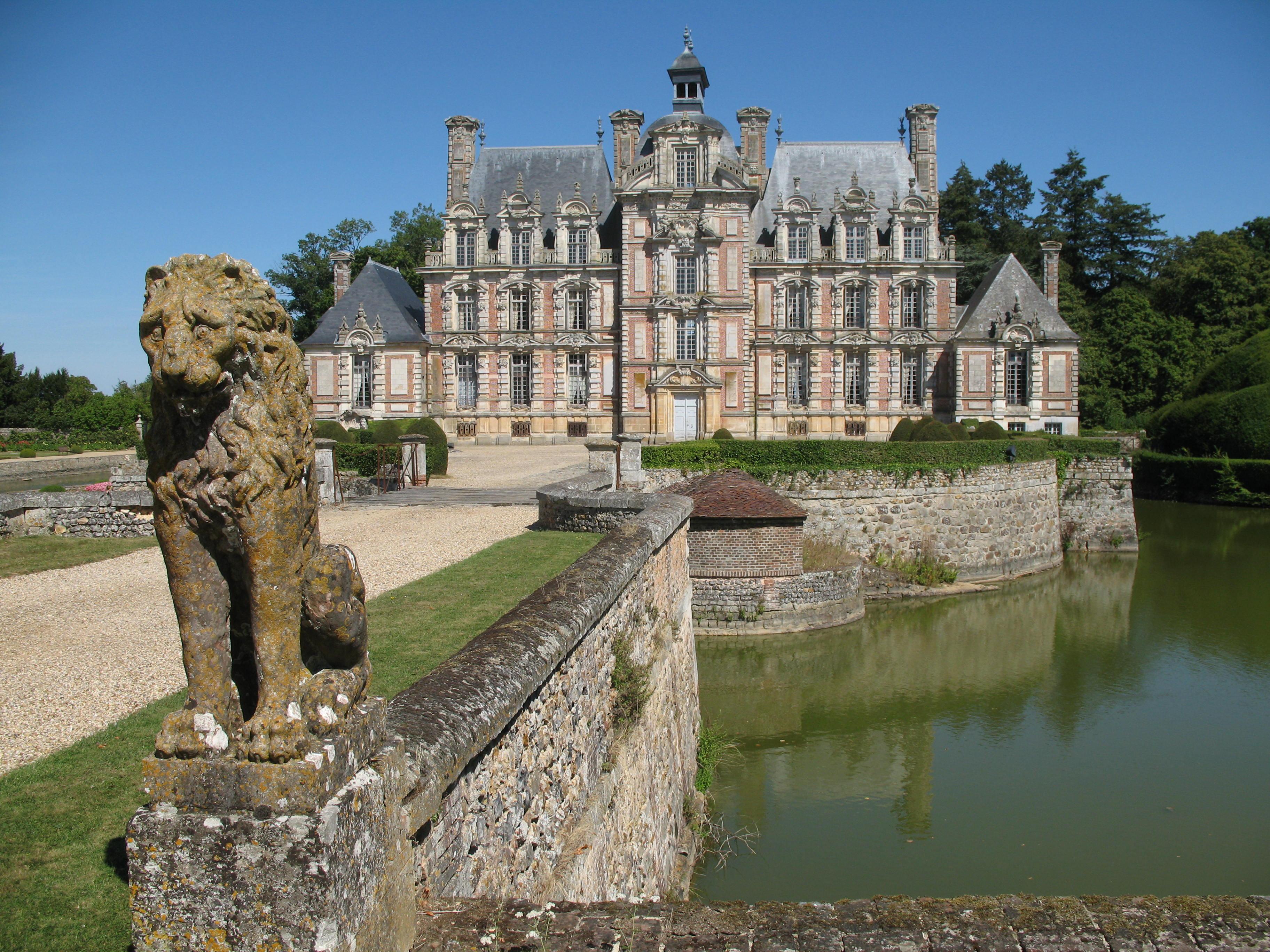 Eingang zum Schloss Beaumesnil, Foto von PHILDIC, Lizenz:public domain/gemeinfrei