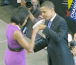 English: Michelle Obama and Barack Obama enjoy...