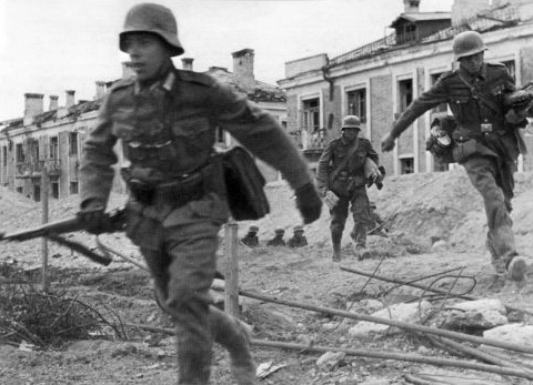 English: German troops moving through the stre...