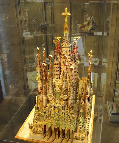File:Sagradafamilia-model background adj.jpg