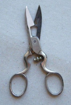 gunting lubang kancing