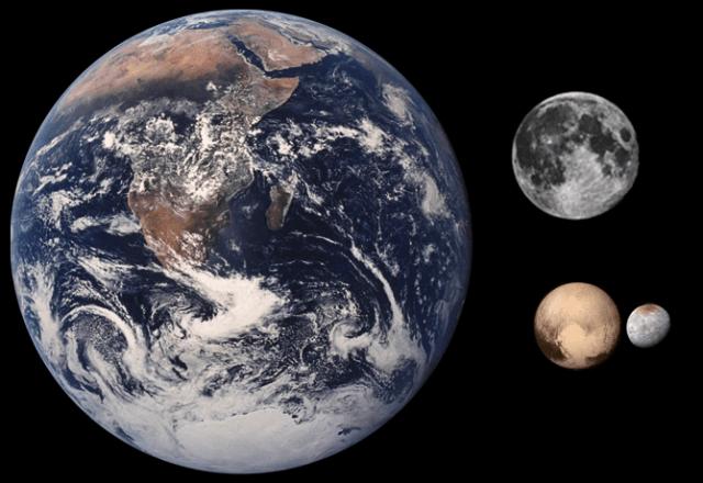 Comparación de tamaño de la Tierra, la Luna, Plutón y Caronte.
