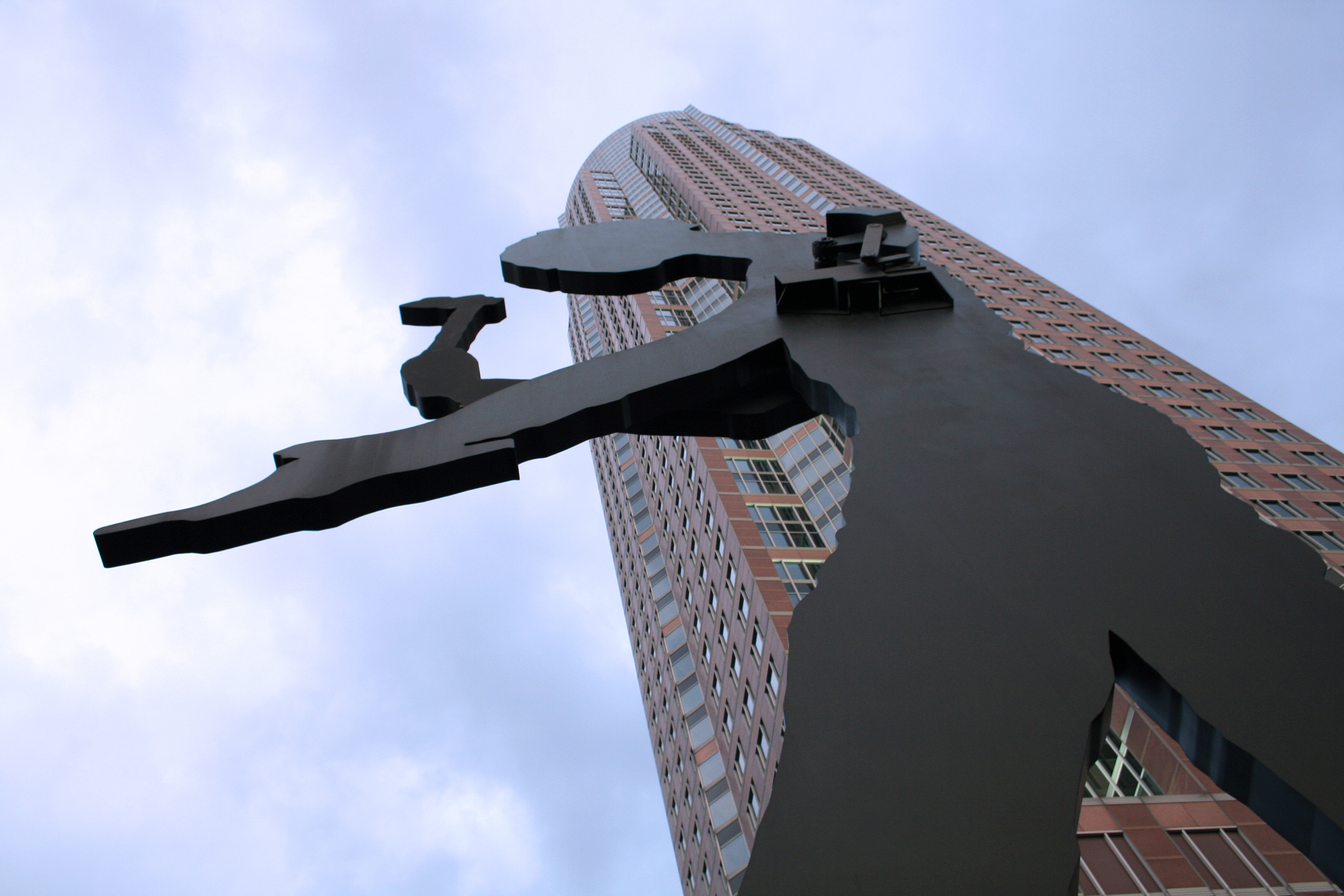 https://i2.wp.com/upload.wikimedia.org/wikipedia/commons/f/f4/Hammering_Man_vor_Messeturm.jpg