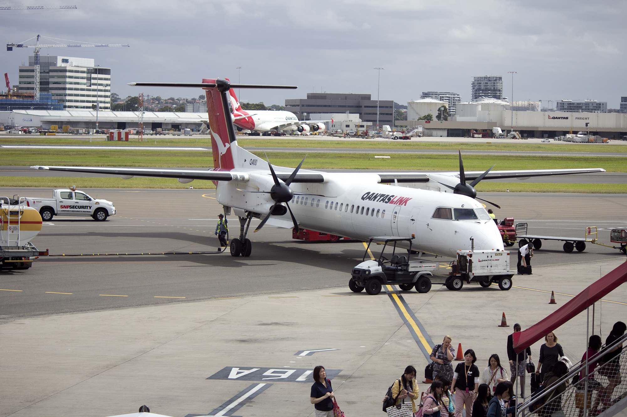 description qantaslink vh qoc bombardier dash 8 q400 at the domestic