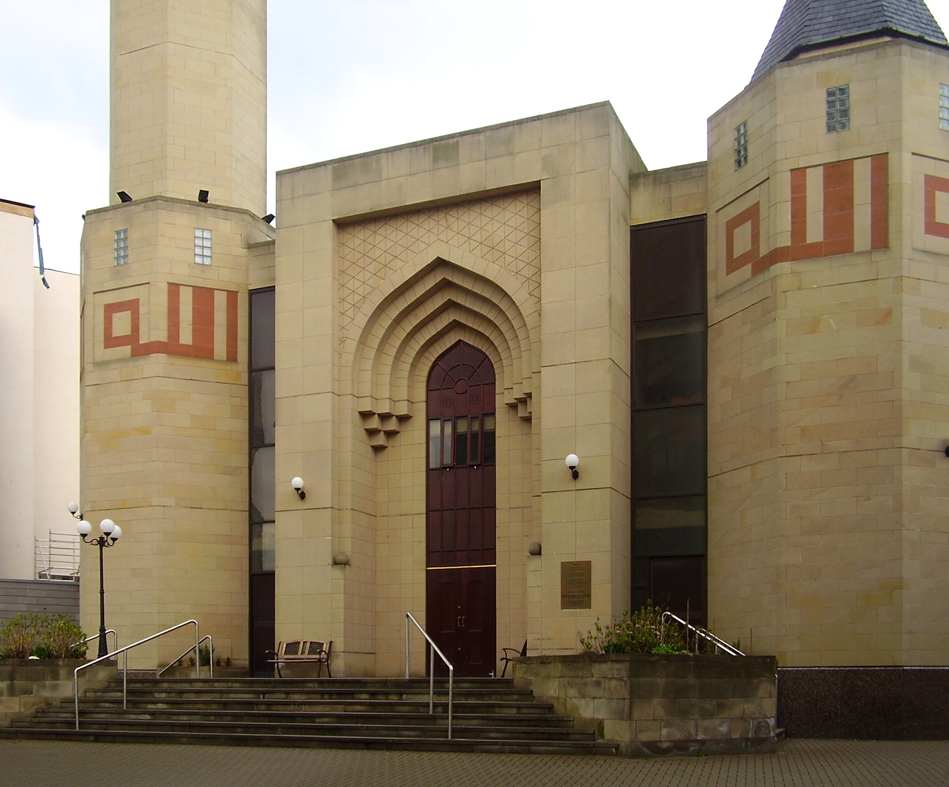 https://i2.wp.com/upload.wikimedia.org/wikipedia/commons/f/f7/Edinburgh_central_mosque_edit.jpg