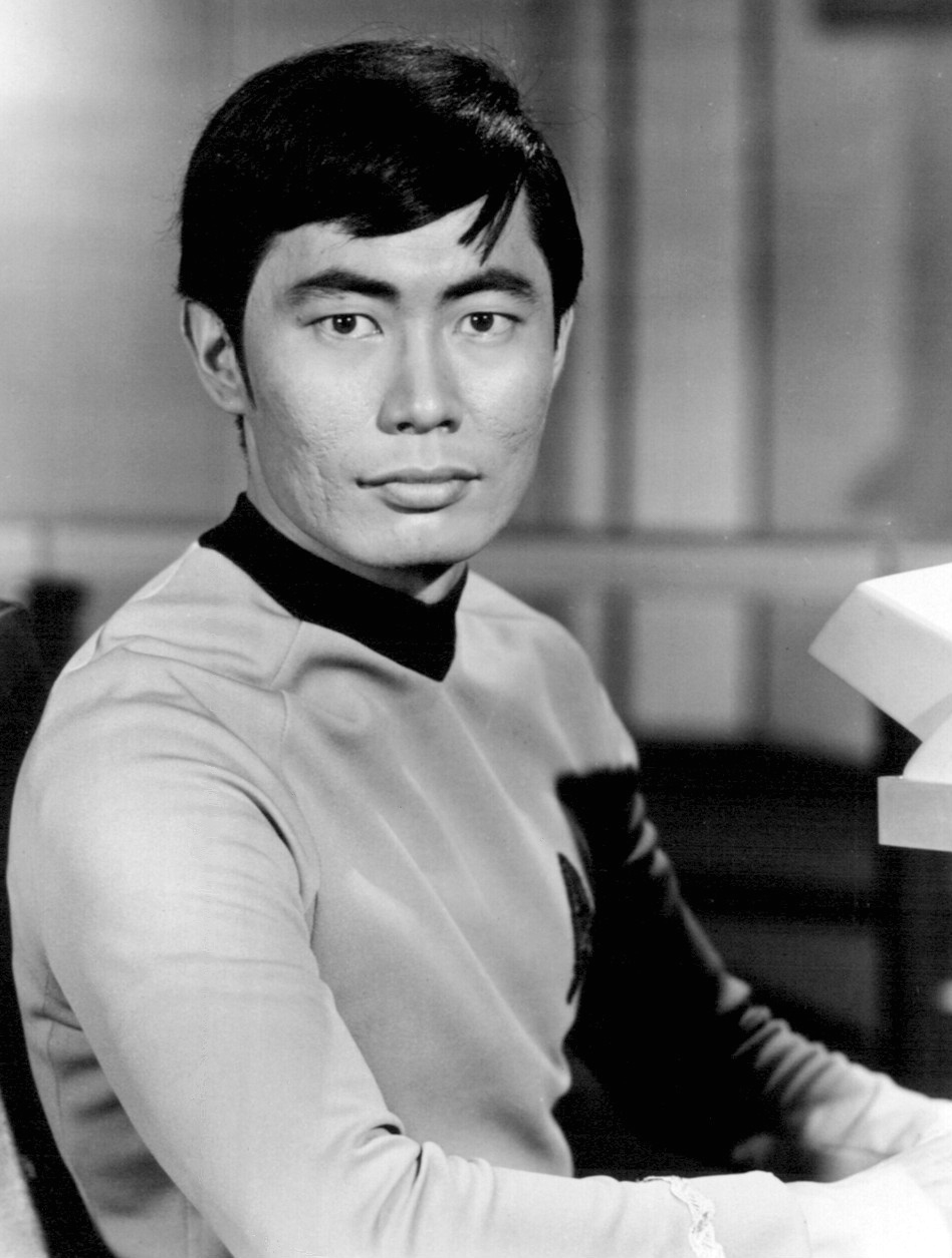 https://i2.wp.com/upload.wikimedia.org/wikipedia/commons/f/f8/George_Takei_Sulu_Star_Trek.JPG