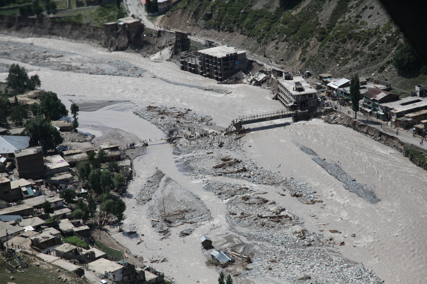 https://i2.wp.com/upload.wikimedia.org/wikipedia/commons/f/f9/Damaged_bridge_from_flooding_in_Pakistan%2C_2010.JPG