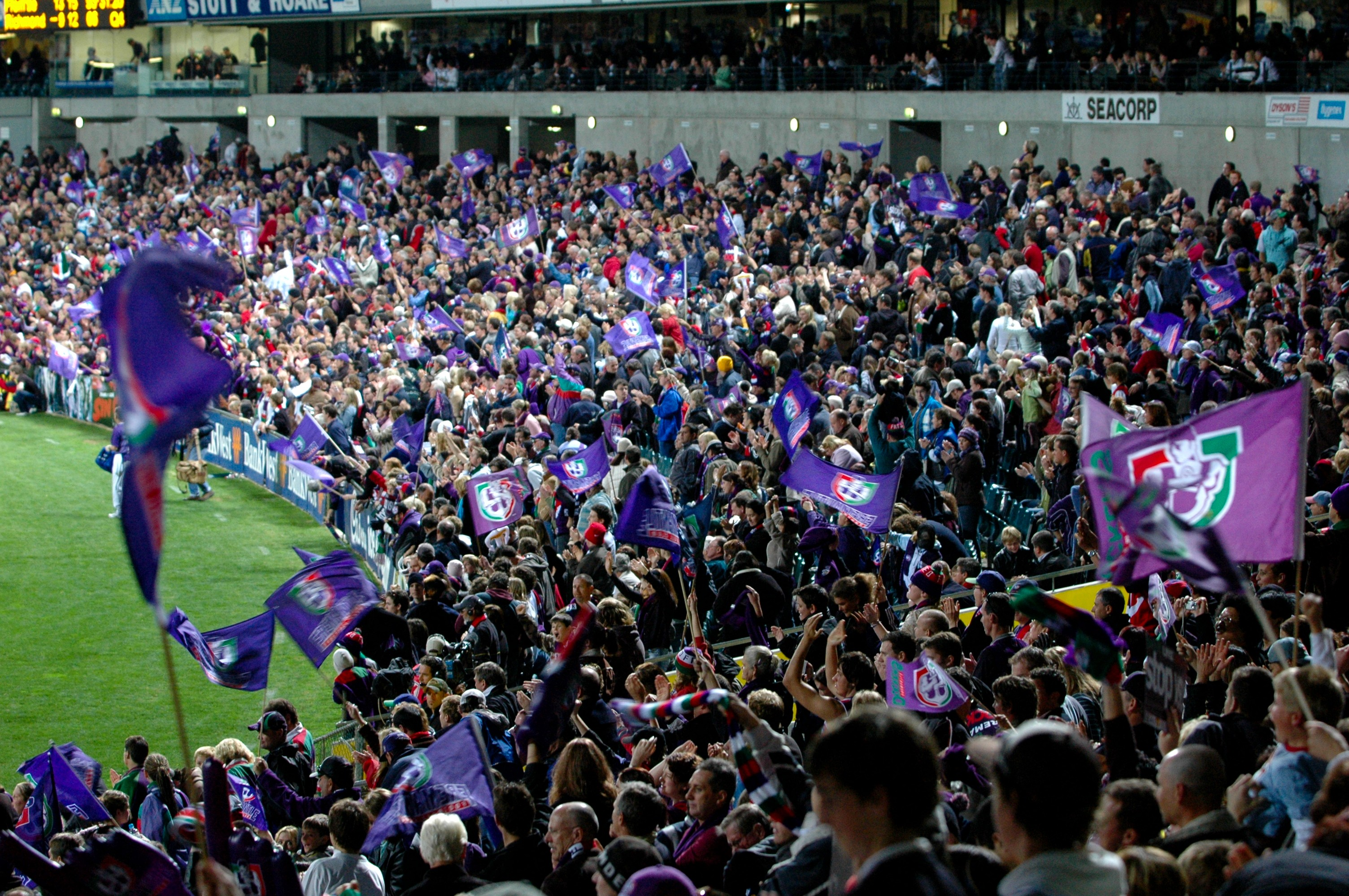 English: Dockers supporters cheering