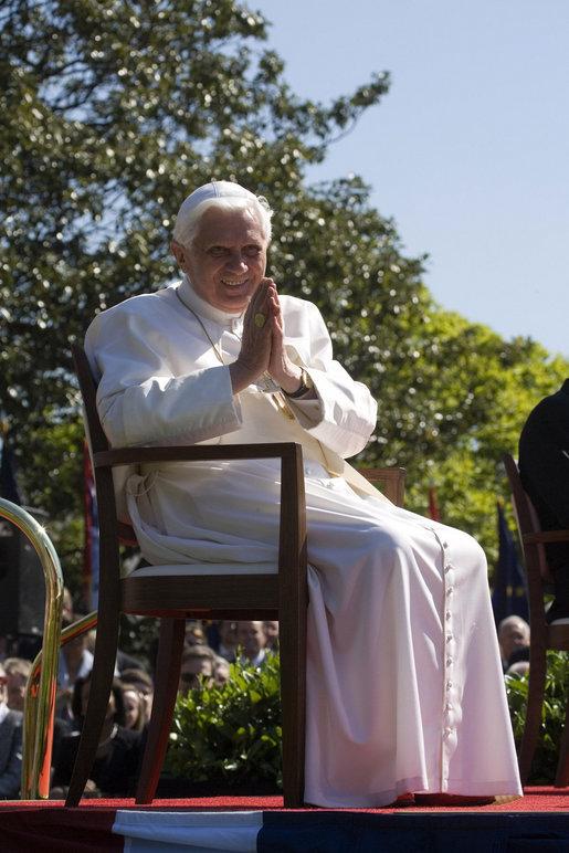Ach bittebitte macht mich doch wieder zum Kardinal (?), Papst Benedikt XVI. 2008 in den USA, White-House-Foto von David Bohrer, Public Domain