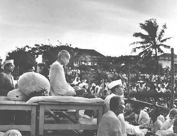 File:Gandhi prayer meeting 1946.jpg