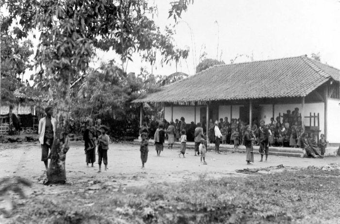 https://i2.wp.com/upload.wikimedia.org/wikipedia/commons/f/fc/COLLECTIE_TROPENMUSEUM_Vluchtelingen_worden_ondergebracht_in_een_loods_na_de_uitbarsting_van_de_Merapi_TMnr_10004003.jpg