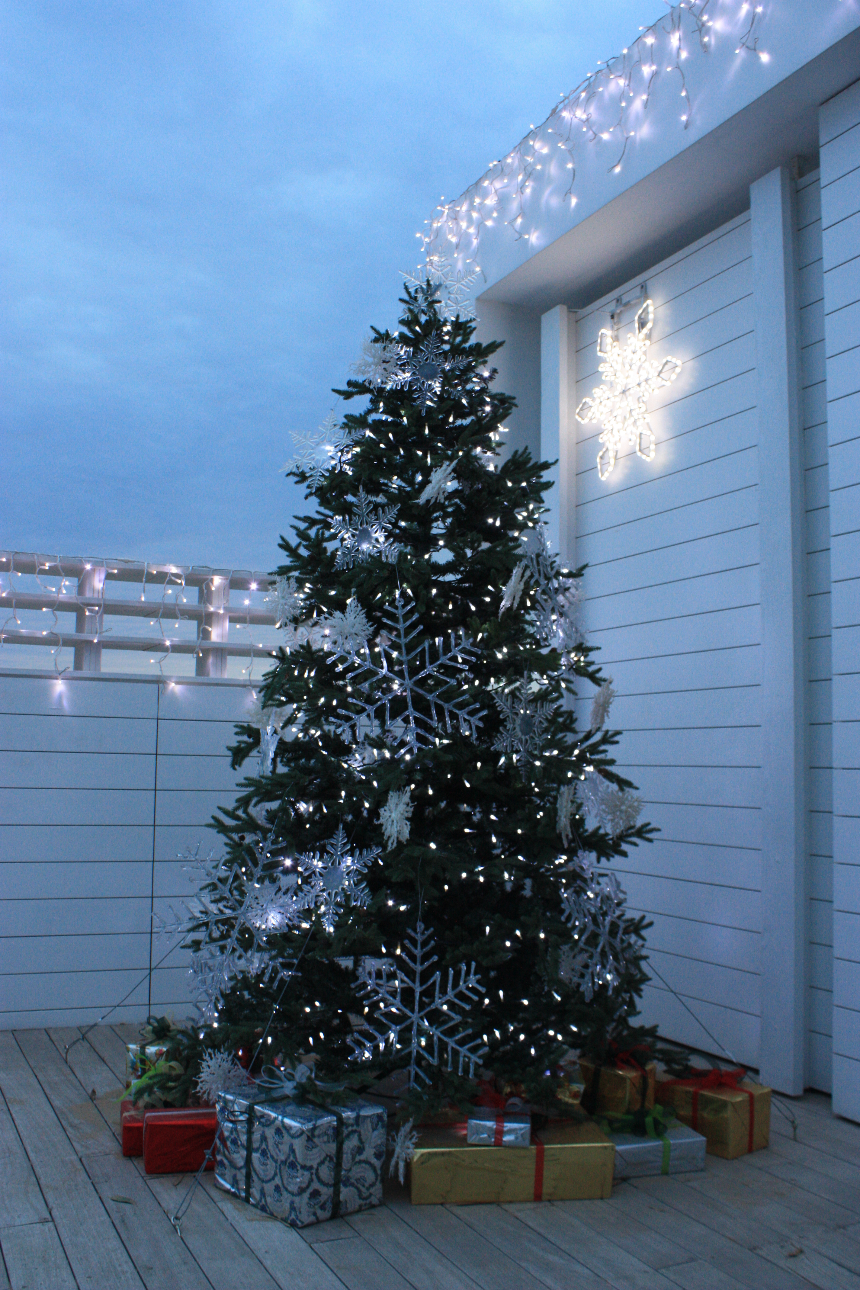 FileChristmas Tree And Presents Outside Astir Beach