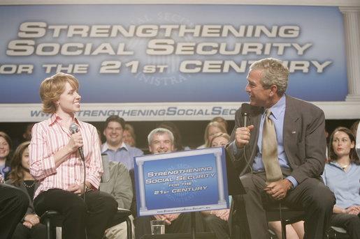 English: President George W. Bush talks with C...