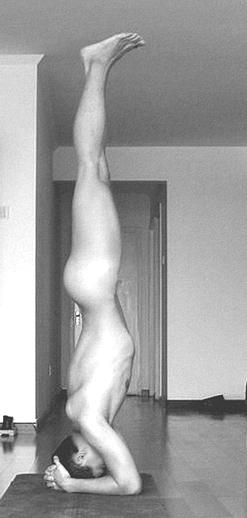 English: Yoga Head Stand Naked