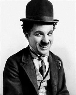 Charlie Chaplin caracterizado como O Vagabundo.