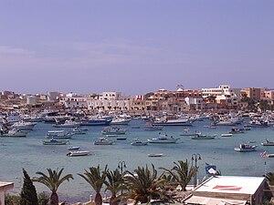 Blick auf den Ort Lampedusa