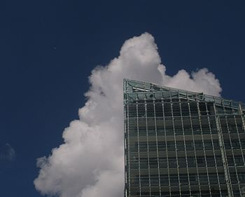 English: Flats on Deansgate with cloud. Manche...