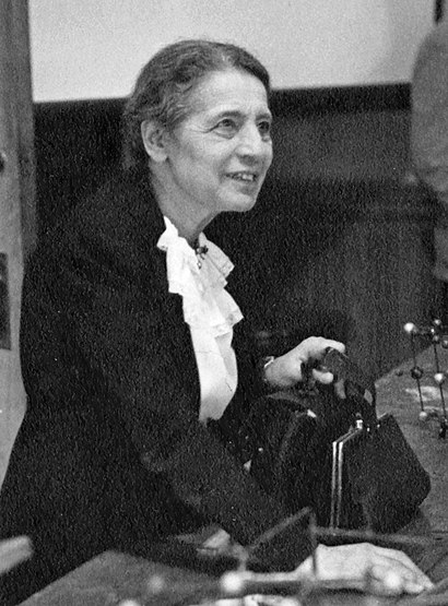 File:Lise Meitner (1878-1968), lecturing at Catholic University, Washington, D.C., 1946.jpg