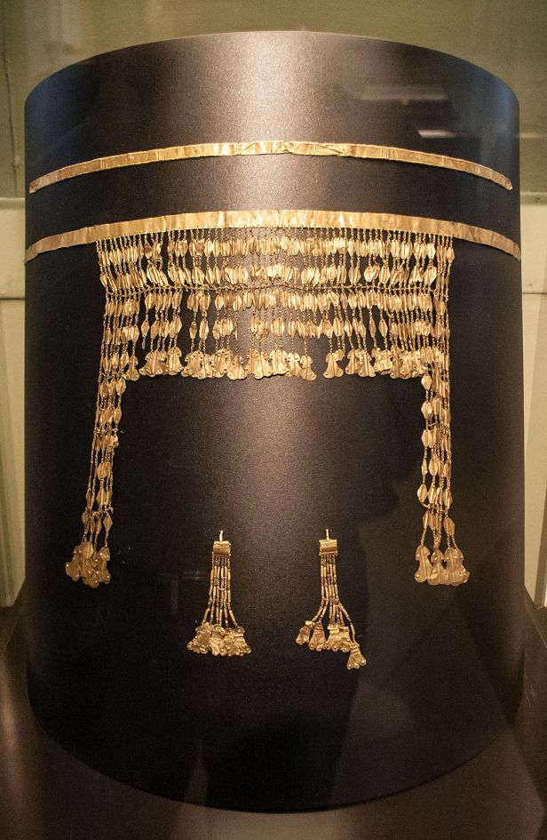 Golden diadem with pendants