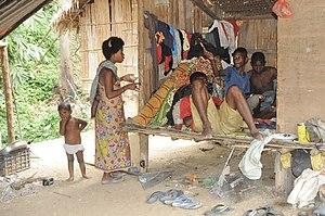 Bahasa Melayu: Keluarga suku Bateq sedang berehat