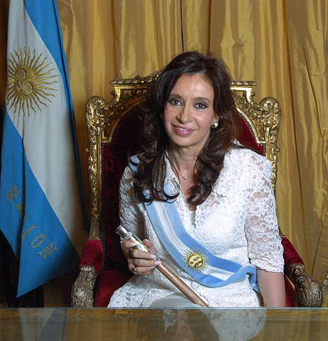 https://i2.wp.com/upload.wikimedia.org/wikipedia/commons/thumb/0/05/Cristina_Fern%C3%A1ndez_de_Kirchner_-_Foto_Oficial_2.jpg/462px-Cristina_Fern%C3%A1ndez_de_Kirchner_-_Foto_Oficial_2.jpg