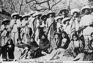 Soldados revolucionarios y sus Adelitas