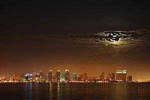 English: Moon over San Diego. Français : San D...