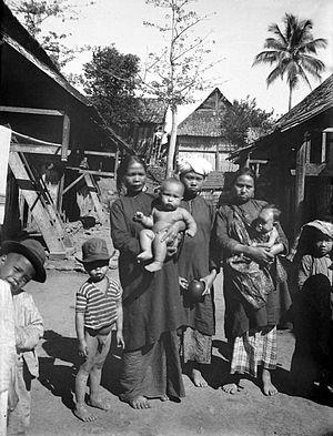 https://i2.wp.com/upload.wikimedia.org/wikipedia/commons/thumb/0/06/COLLECTIE_TROPENMUSEUM_Vrouwen_en_kinderen_uit_een_Kerintisch_dorp_West-Sumatra_TMnr_10002859.jpg/300px-COLLECTIE_TROPENMUSEUM_Vrouwen_en_kinderen_uit_een_Kerintisch_dorp_West-Sumatra_TMnr_10002859.jpg