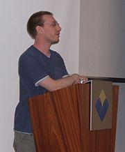 daniel en una conferencia